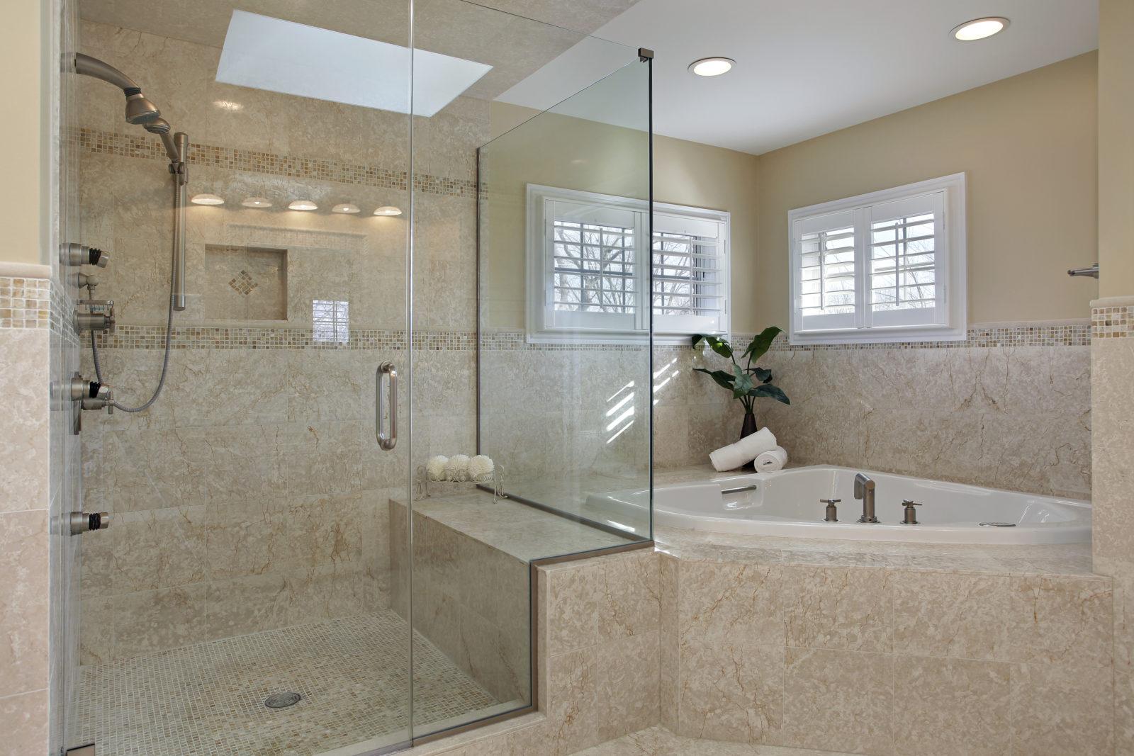 нная комната с душевой кабиной Душевая кабина является спасением для маленькой ванной комнаты. Простейший способ обустройства душевого пространства в ванн