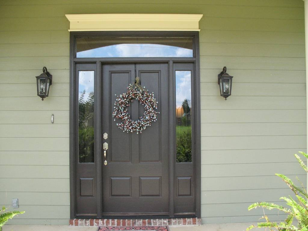 красивая входная дверь коттеджа