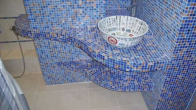 Клеим мозайку своими рукамиВ помещениях с повышенной влажностью, таких как кухня, ванная комната, сауна, туалет, бассейн, а иногда и для отделки фасадов по