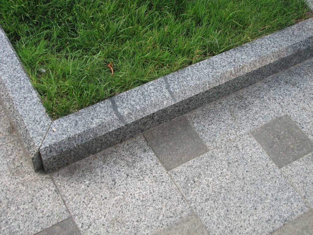 Гранитный бордюр - надежный материал для строительства дорог