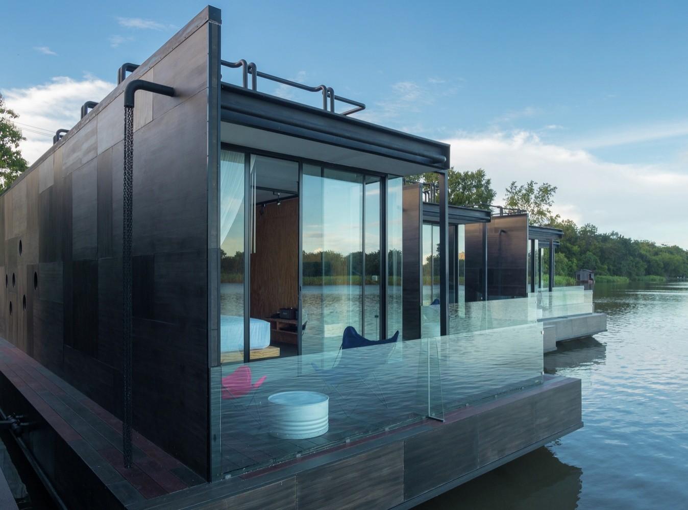 Деревянный плавучий дом