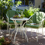 Патио в саду в белых тонах