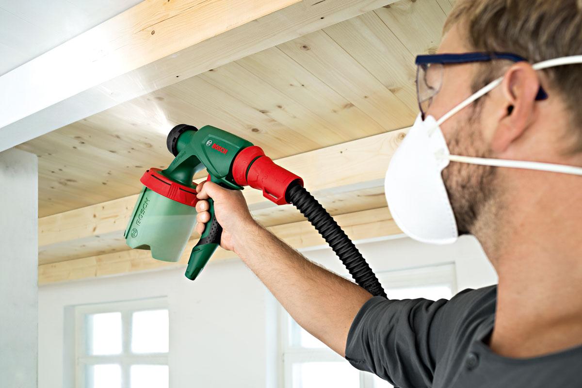 Как покрасить потолок краскопультом