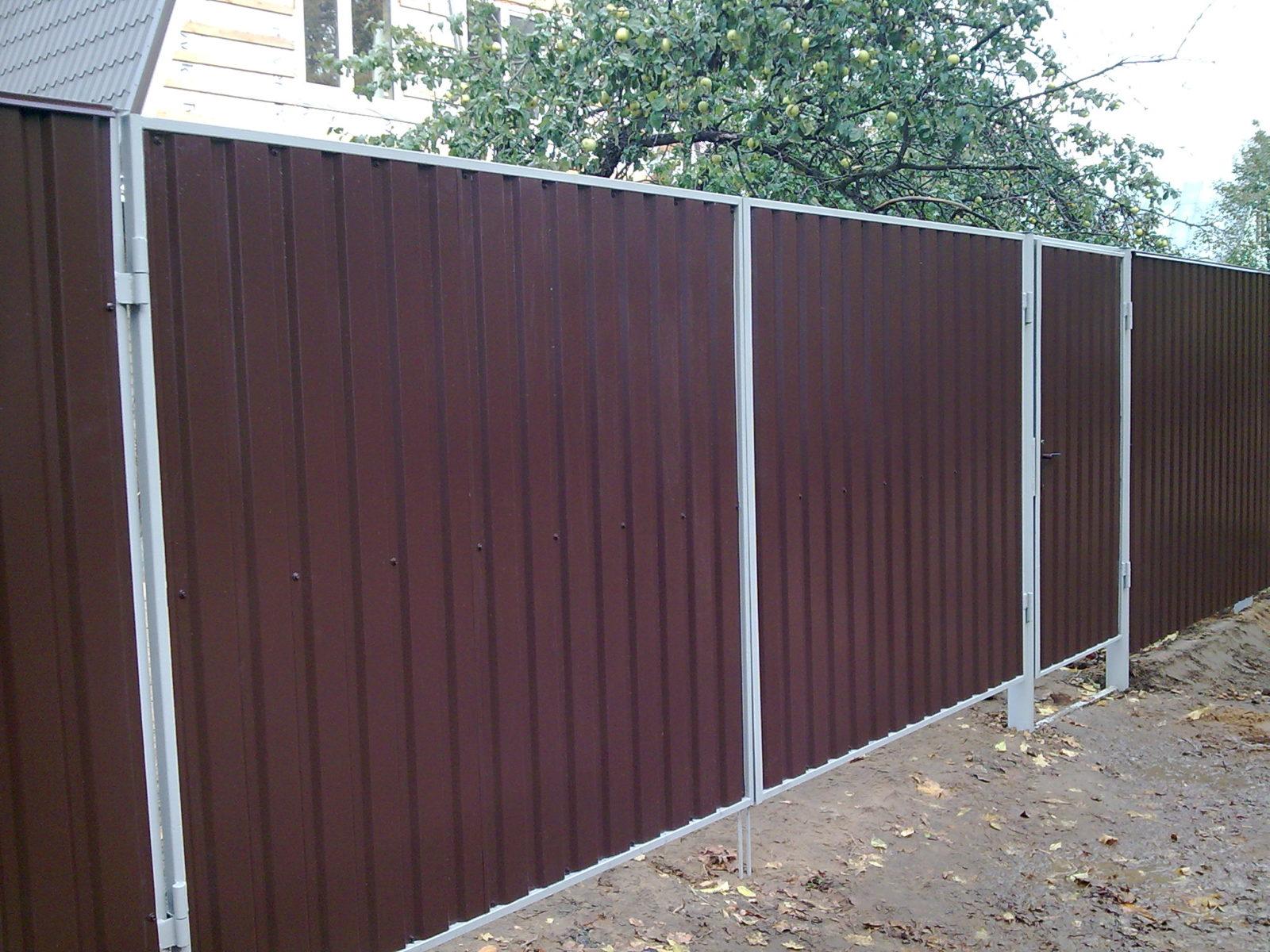Заборы из профнастила или металлический забор