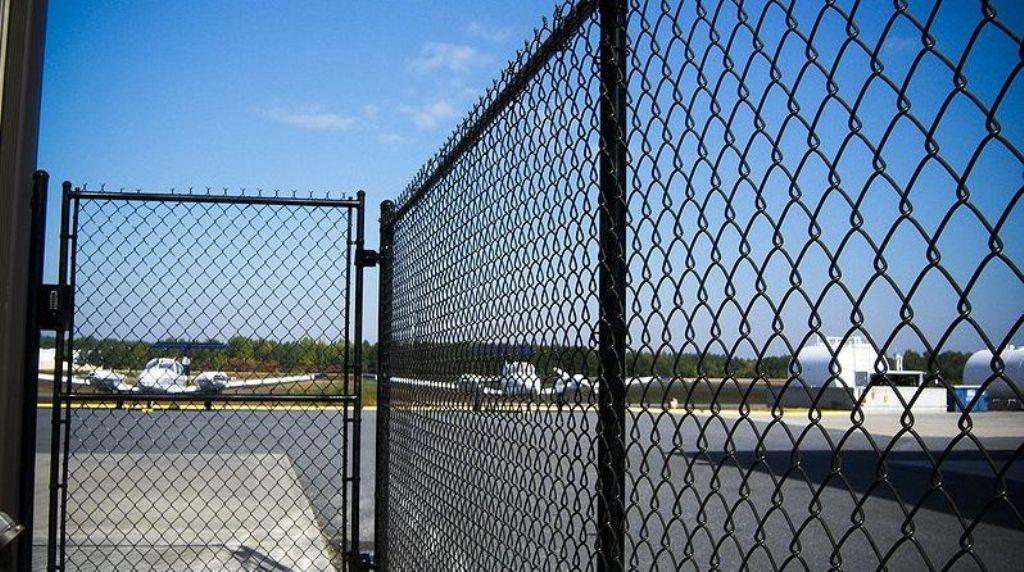 Заборы из сетки рабицы и стоимость их установки