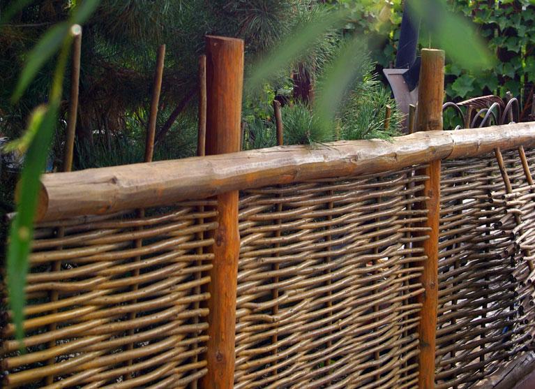 Делаем плетеный забор своими руками